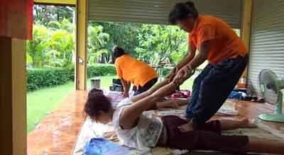 Massaggio Thailandese praticato in un tempio per fini medici